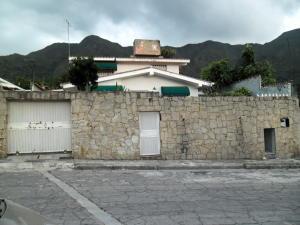 Casa en Maracay Aragua,El Castaño (Zona Privada) REF: 14-8258