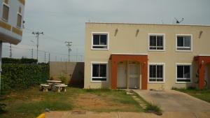 Townhouse en Maracaibo Zulia,Via La Concepcion REF: 14-10192