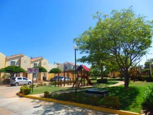 Townhouse en Maracaibo Zulia,Avenida Milagro Norte REF: 14-10667