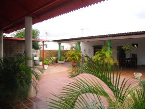 Casa en Santa Rita Zulia,Via Principal REF: 14-11974