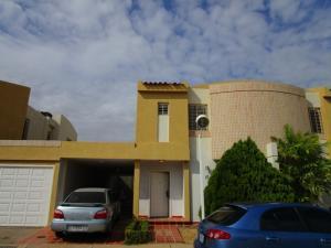 Townhouse en Maracaibo Zulia,Avenida Milagro Norte REF: 15-4173