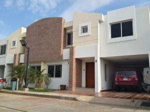 Townhouse en Maracaibo Zulia,Doral Norte REF: 15-9081