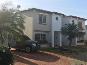 Townhouse en Maracaibo Zulia,Avenida Milagro Norte REF: 17-379