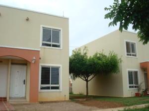 Townhouse en Maracaibo Zulia,Via La Concepcion REF: 17-636